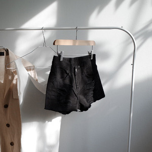 *damage short pants (ivory, black)